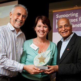 Satish Kumar presents the GoldStar Award to John & Dorothy Lewis of Woodovis Park